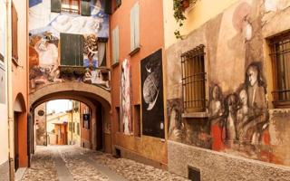 Street art tour: Dozza and its amazing murals. Things to do in Dozza
