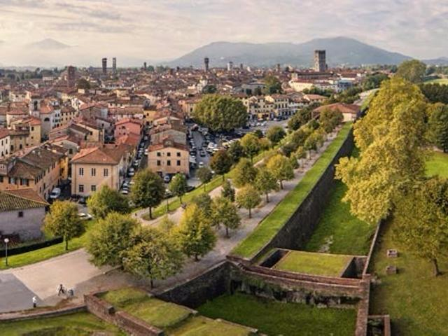 Photographic walk on Lucca walls and tasting. Things to do in Lucca