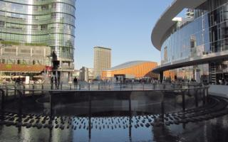 The new face of Milan. Drink a tea in Gae Aulenti Square. Things to do in Milano